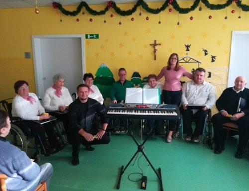 V Domu starejših v Kuzmi pevci komornega pevskega zbora DPPP zapeli božične pesmi